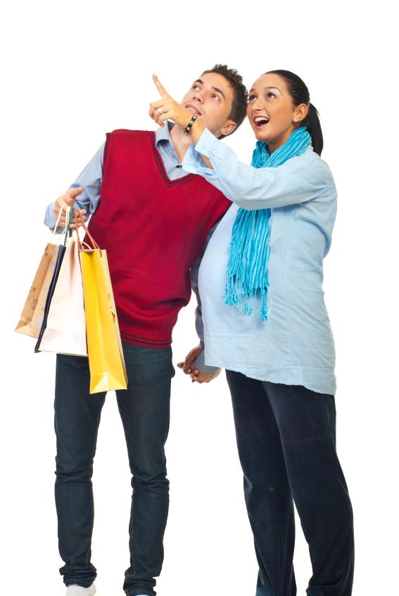 pregnant-couple-shopping